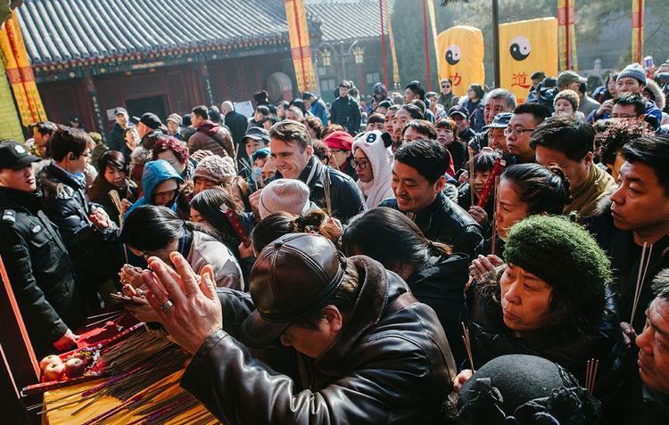Ngoài người dân địa phương, một số người nước ngoài cũng tới chùa, như một cách hiểu thêm về nét văn hóa đầu năm của dân châu Á.
