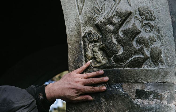 Sau nhiều giờ xếp hàng, một người đàn ông đã được chạm tay vào bức tượng khỉ đá.Tượng khỉ đá được người dân Trung Quốc tin là biểu tượng của sự may mắn, quyền quý.