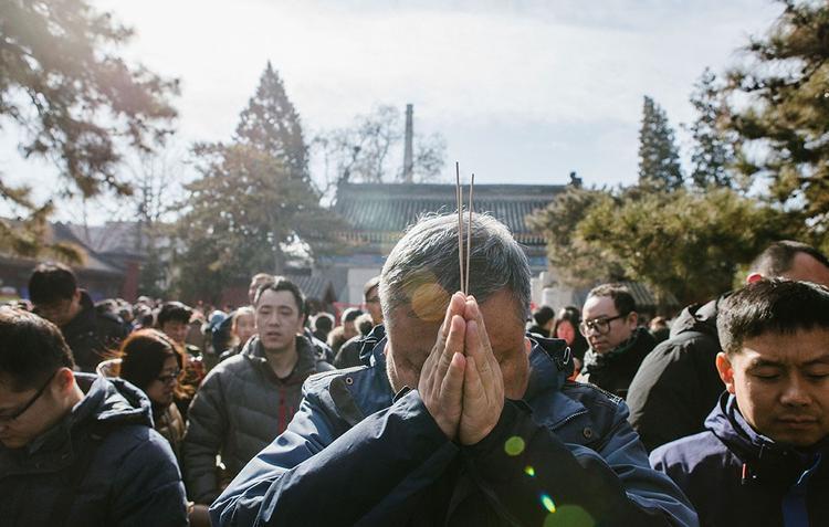 Một nhóm đông người khác chắp tay cầu khấn các vị thần đại diện cho sự trường thọ để xin tuổi tại chùa Baiyun Taoist. Trong văn hóa Trung Quốc, người dân thường tỏ lòng thành kính trước các vị thần linh như một cách cầu mong sức khỏe , bình an.