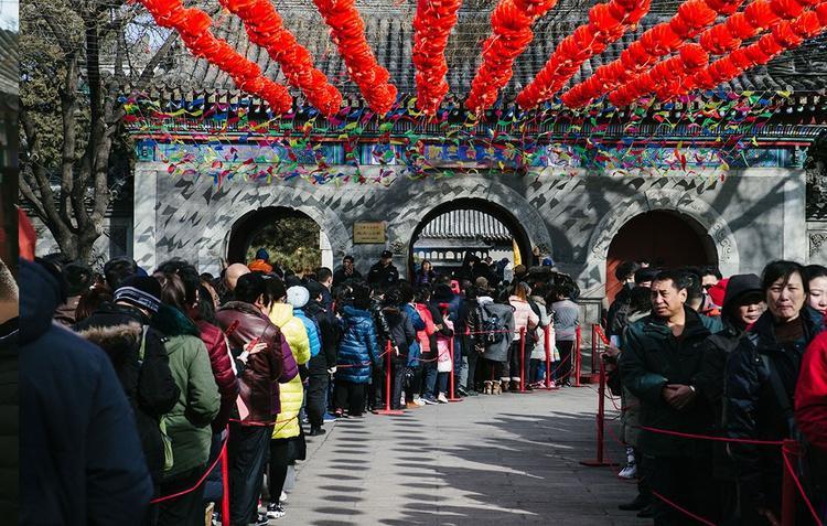 Cũng giống Việt Nam, đi chùa đầu năm được coi là nét đẹp văn hóa và thói quen không thể thiếu đối với người dân Trung Quốc.