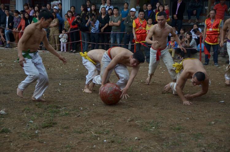 Trong ảnh nhóm trai làng ngã xõng xoài sau khi chạy theo để bắt lấy quả cầu.