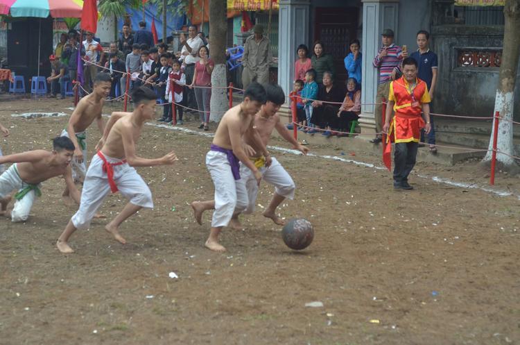 8 người chơi được chia làm 4 đội, mặc trang phục quần trắng, mình trần, dây lưng chia các màu để phân biệt.
