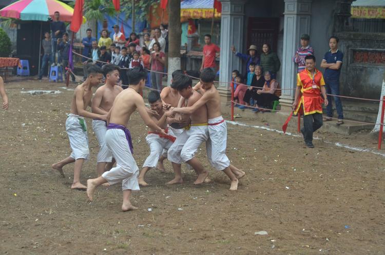 Các vận động viên được chia làm 4 đội, họ phải sử dụng chiến thuật làm sao để tranh cướp được cầu mang về hố của đội mình.
