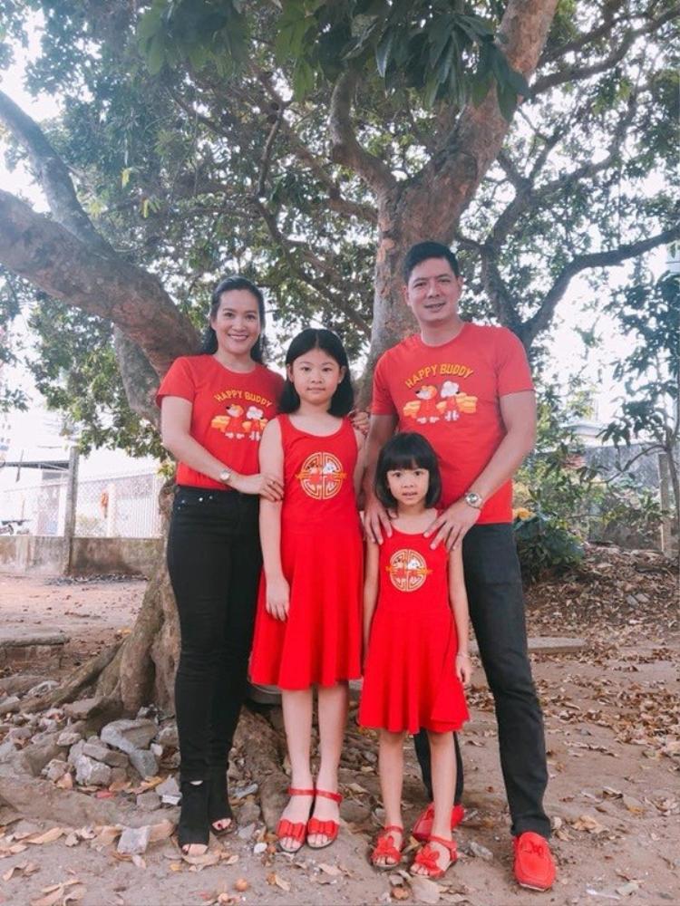 """Gia đình Bình Minh diện đồng phục đúng chủ đề Mậu Tuất để đi đâu cũng """"không bị lạc nhau""""."""