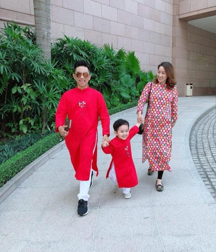 Bà bầu Khánh Thi hạnh phúc cùng chồng và con trai du xuân. Năm nay gia đình nhỏ này sẽ đón chào thêm thành viên mới.