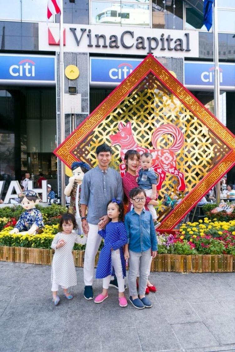 Lý Hải đưa gia đình tham quan đường hoa Nguyễn Huệ.