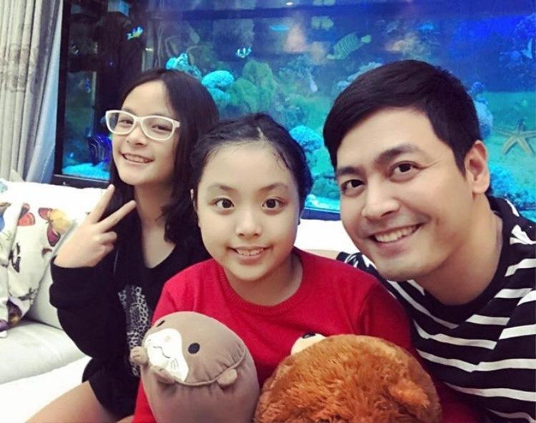MC Phan Anh vui vẻ khi bé Suti, con gái của nhạc sĩ Minh Khang đến chơi.