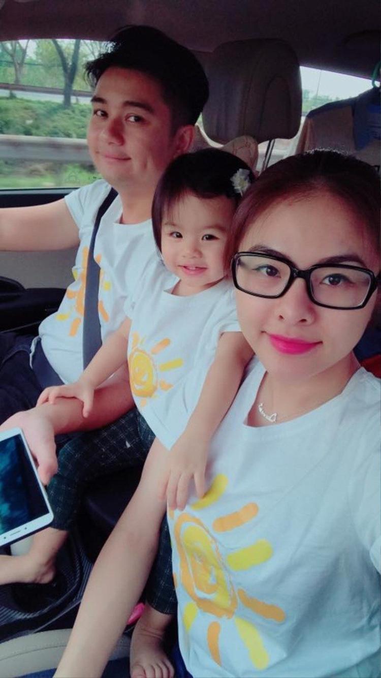 Vân Trang cũng không kém cạnh khi cùng chồng và con gái mặc chung kiểu áo giản dị nhưng vẫn rất đáng yêu.