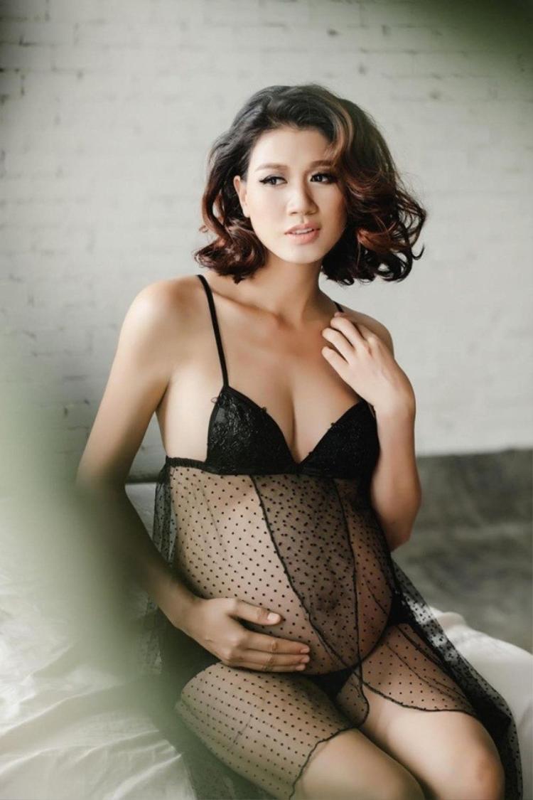Trang Trần quyến rũ mê người khi diện đồ xuyên thấu lấp ló bụng bầu chỉ trước vài ngày lâm bồn.