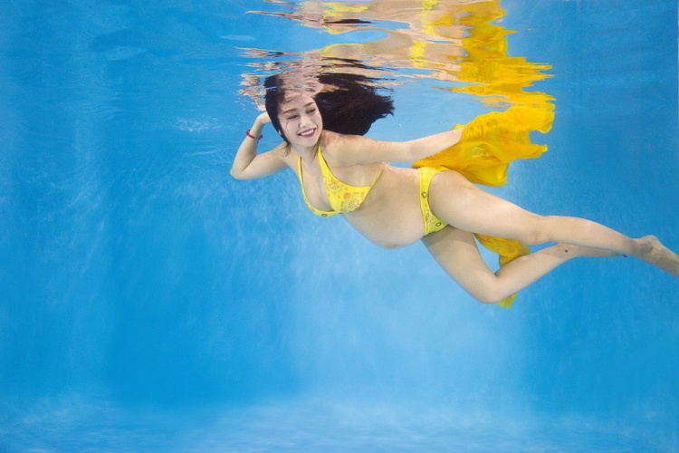 Khi mang thai đứa con thứ ba được hơn bảy tháng, Ốc Thanh Vân đã tung ra bộ ảnh bà bầu khiêu vũ dưới nước tuyệt đẹp.