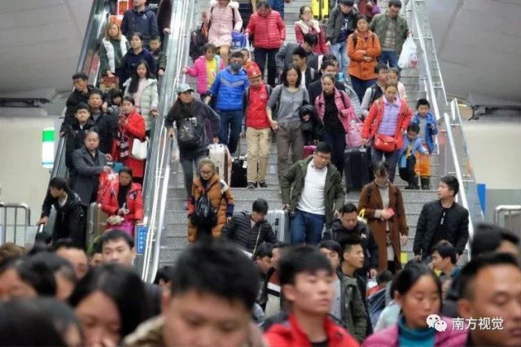 Tại các nhà ga tàu điện ngầm cũng chật kín người.