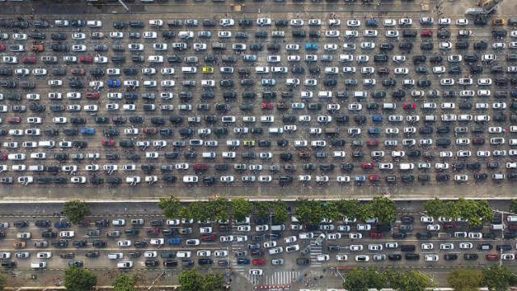 Hơn 10.000 chiếc xe bị mắc kẹt khi đi du lịch đầu năm tại thành phố Hải Khẩu, tỉnh Hải Nam, Trung Quốc hôm 21/2. Mọi hoạt động giao thông bị trì trệ.
