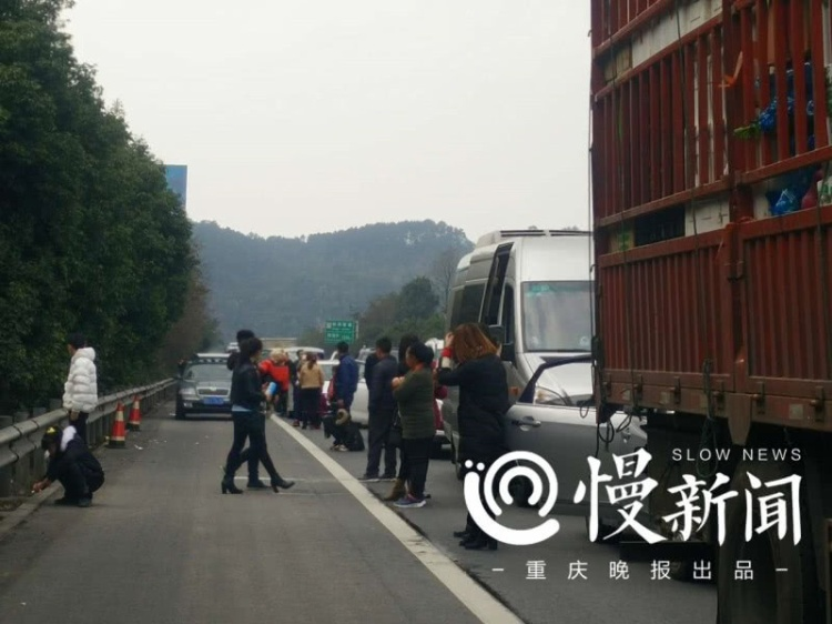 Không chỉ tại tỉnh Hải nam, mà ngay cả Trùng Khánh, tình trạng giao thông cũng không khả quan hơn. Theo thông tin, trên đoạn đường cao tốc Bảo Mao, các xe nối tiếp đuôi nhau, 4 giờ chỉ di chuyển được 9,6km.