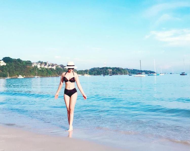 Bên bãi biển, trong trang phục bikini màu đen, bà mẹ một con tự tin khoe chân dài eo thon.