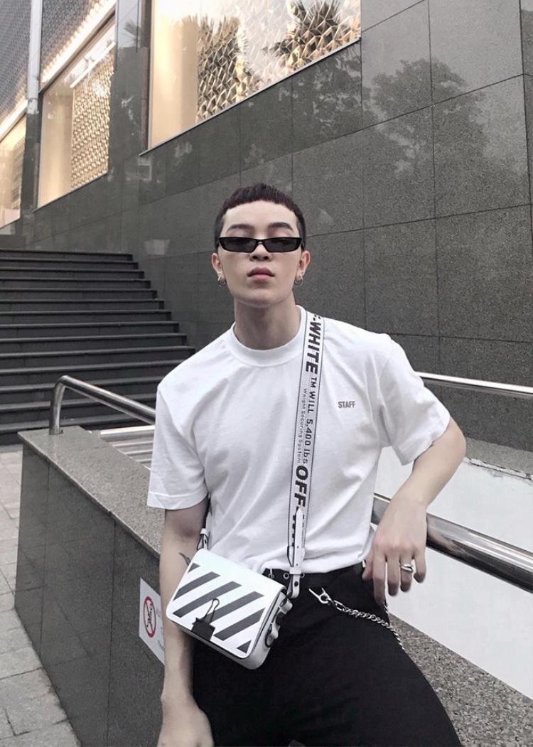 Và không thể không nhắc tới Kelbin Lei, một trong những cá nhân tiên phong sử dụng Off-White đầu tiên tại Việt Nam. Anh chàng có đủ bộ sưu tập các items của Off-White như chiếc túi kẻ trứ danh.