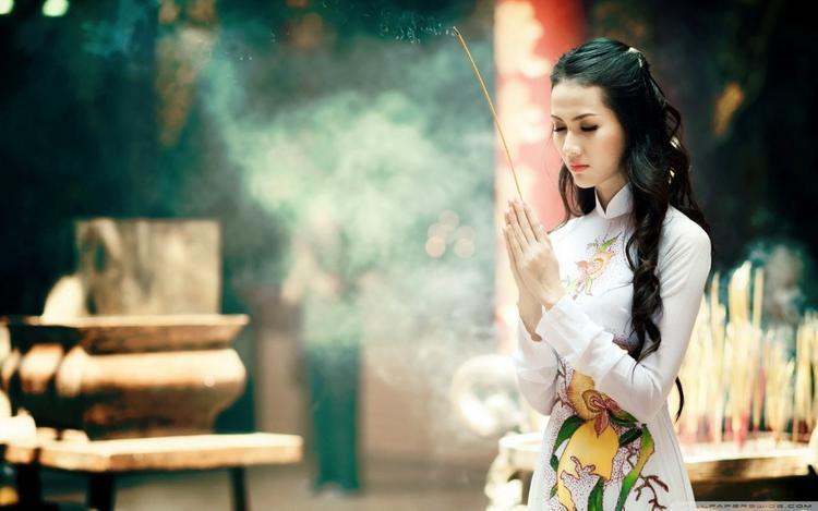 Trang phục lễ chùa, lễ phủ cần lịch sự, nghiêm trang.