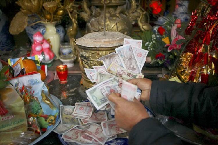 Cửa Phật là nơi thanh tịnh nên người dân không cần bày thêm tiền, vàng cúng lễ. Thay vào đó, nếu là tiền thật thì nên bỏ vào hòm công đức.