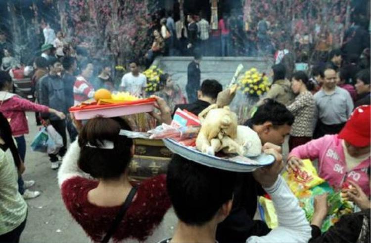Sắm lễ xôi, gà đi chùa đầu nămvà dâng lễ này vào ban Tam Bảo thờ Phật là một sai lầm.