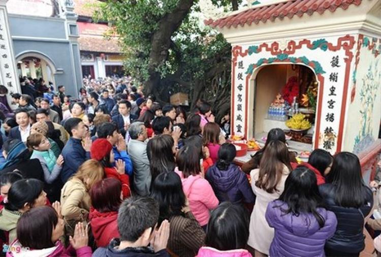 Tùy từng ban thờ khác nhau ở đền, phủ mà người dân có cách biện lễ khác nhau.
