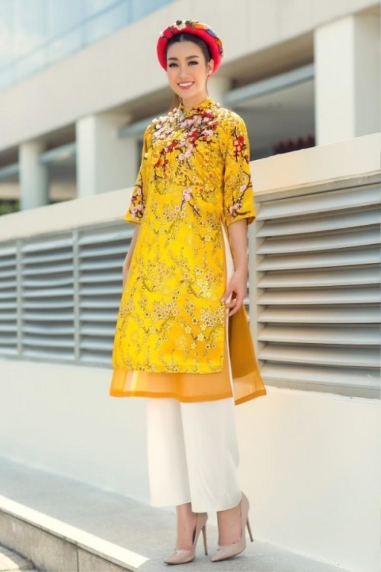 Đỗ Mỹ Linh cũng lựa chọn áo dài sắc vàng để khoe vẻ đẹp mong manh, trong sáng của mình.