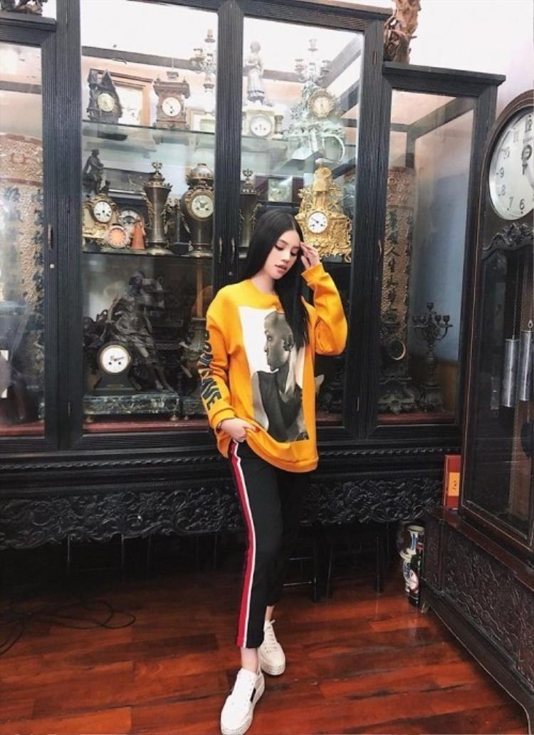 Lẫn Jolie Nguyễn đều mê mẩn cùng một chiếc áo sweater màu vàng in họa tiết.