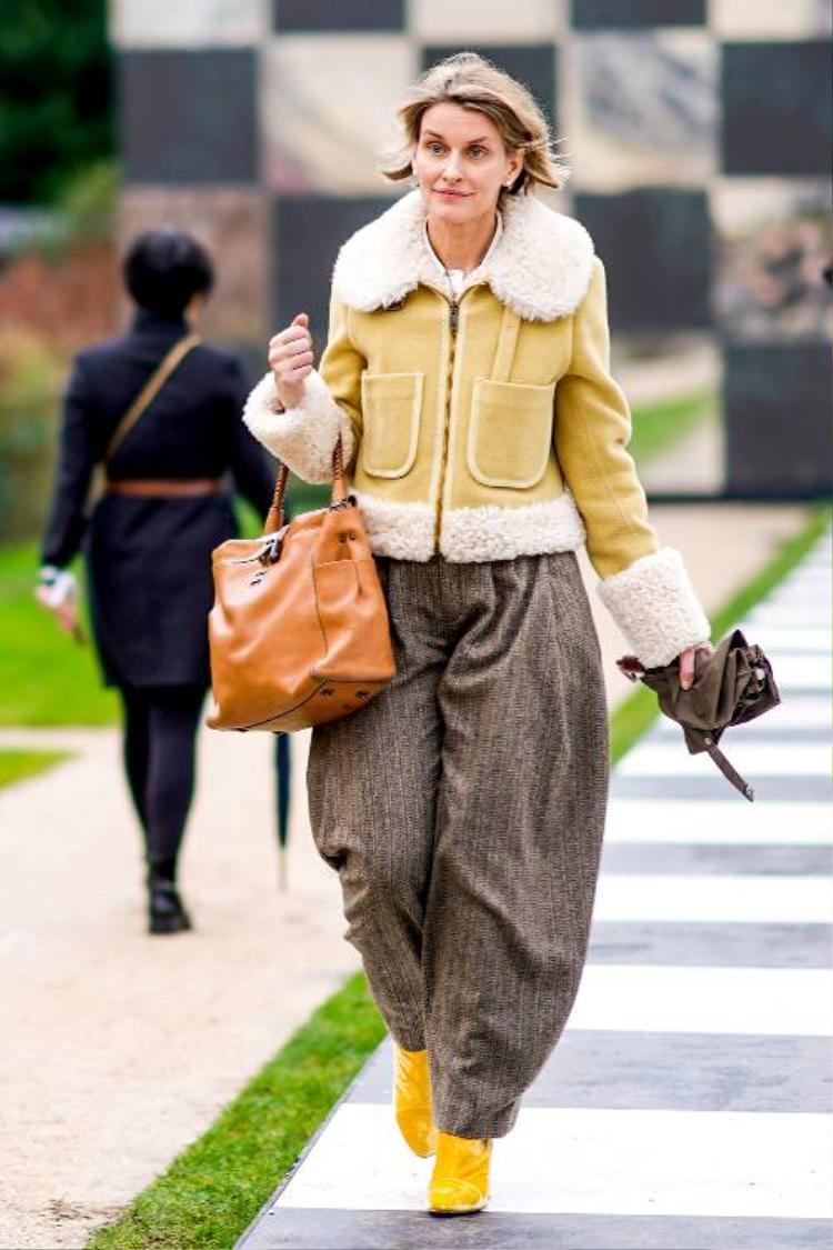 Chỉ với việc mix những items tông màu vàng, nâu… tín đồ thời trang này đã có một outfit thời thượng khi xuống phố.