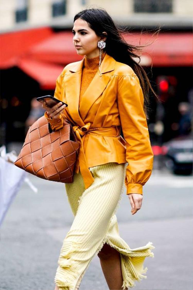 Sự chuyển màu từ nâu, vàng nâu đến vàng chanh trong outfit của cô bạn này chứng tỏ người mặc sở hữu một gu thẩm mỹ tinh tế.