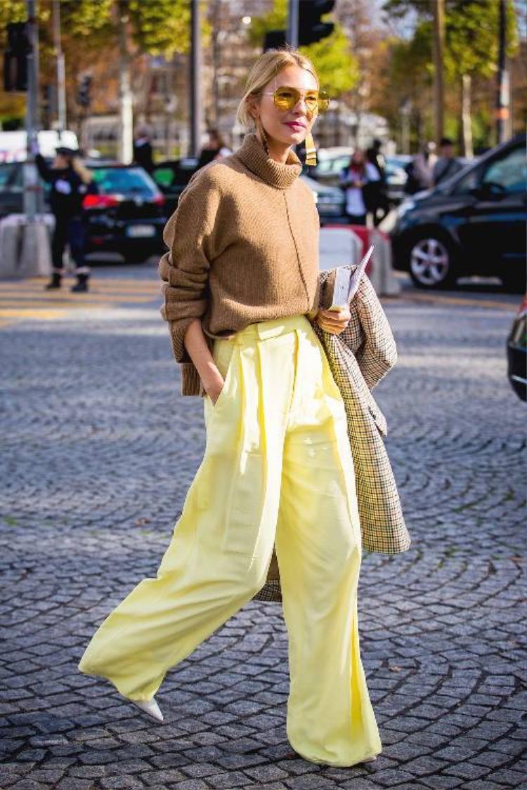 Một trong những gam màu đi chung với sắc vàng cực đẹp chính là nâu. Từ nâu đất, nâu be… bất kì sắc độ nào cũng phù hợp khi diện với màu vàng.