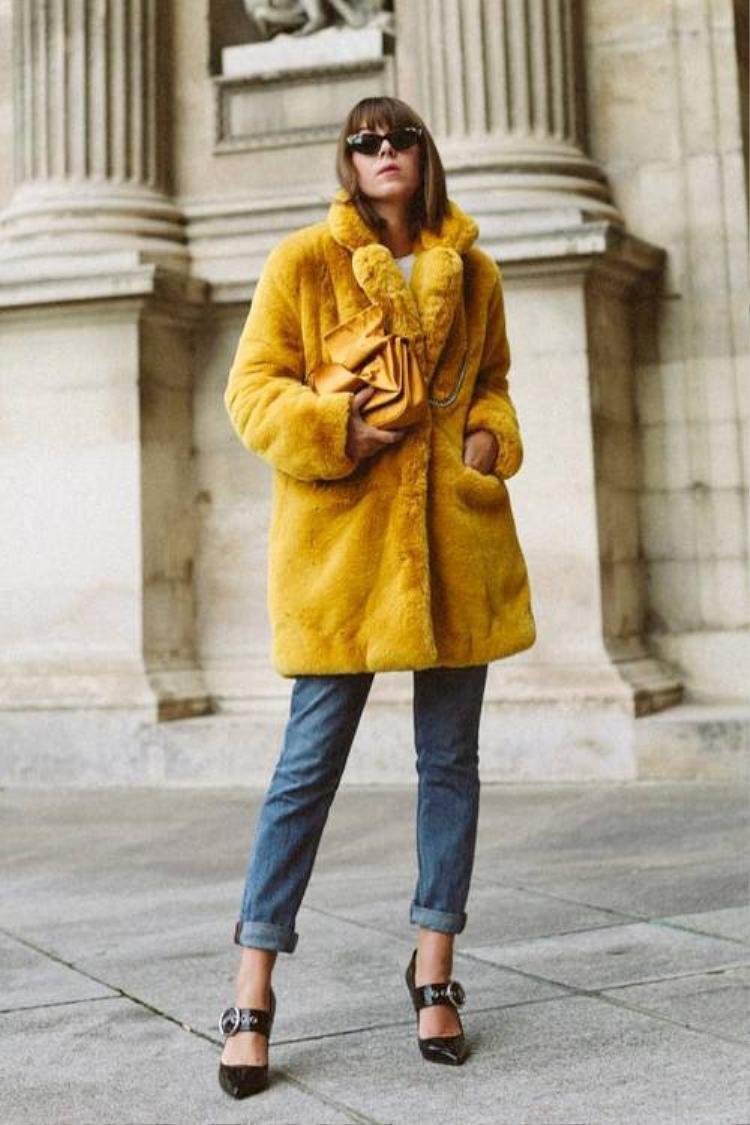 Lông luôn là loại chất liệu yêu thích của những quý cô sang chảnh. Với chiếc áo khoác màu vàng mustard này, cô nàng này khiến người đối diện không thể rời mắt.