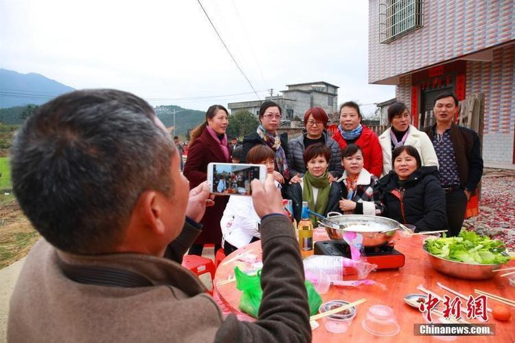 Người dân tranh thủ chụp ảnh để lưu giữ kỷ niệm.