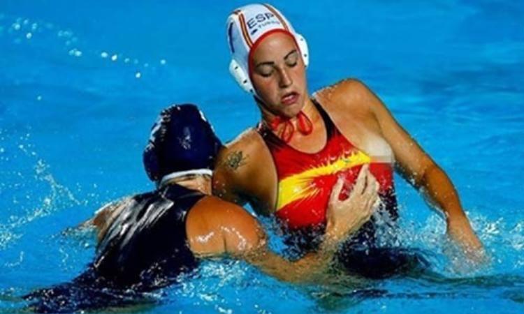 Nữ VĐV bóng ném nước bị đối thủ kéo tuột áo lộ ngực ra ngoài.