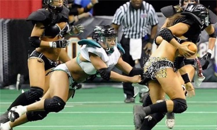 Màn cản phá quá tay với đối thủ của một nữ VĐV bóng bầu dục.