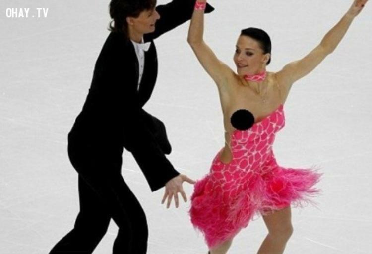 Tai nạn khó đỡ trong lúc biểu diễn của nữ VĐV người Nga Ekaterina Rubleva ở cuộc thi trượt băng nghệ thuật châu Âu diễn ra ở Helsinki, Phần Lan.