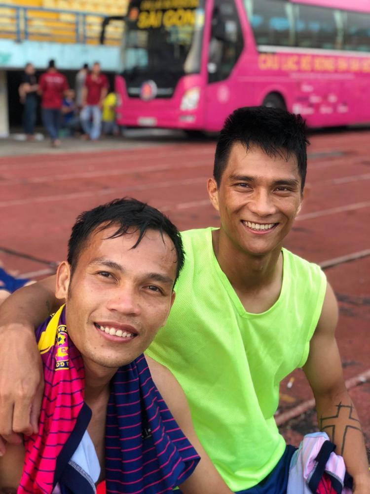 Bùi Trần Vũ (trái) biết tin thanh lý hợp đồng khi còn ở sân bay.