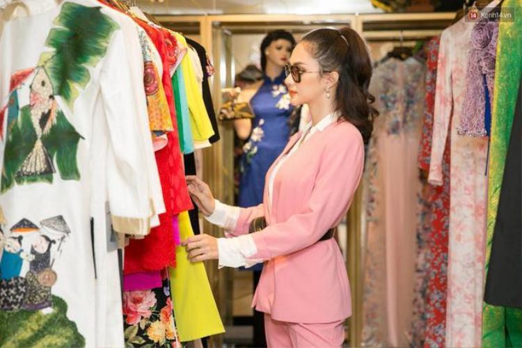 Bên cạnh việc tập luyện thể hình, chăm sóc nhan sắc, rèn luyện catwalk, ngoại ngữ… thì trang phục cũng là một trong những yếu tố quan trọng mà Hương Giang đặc biệt quan tâm.