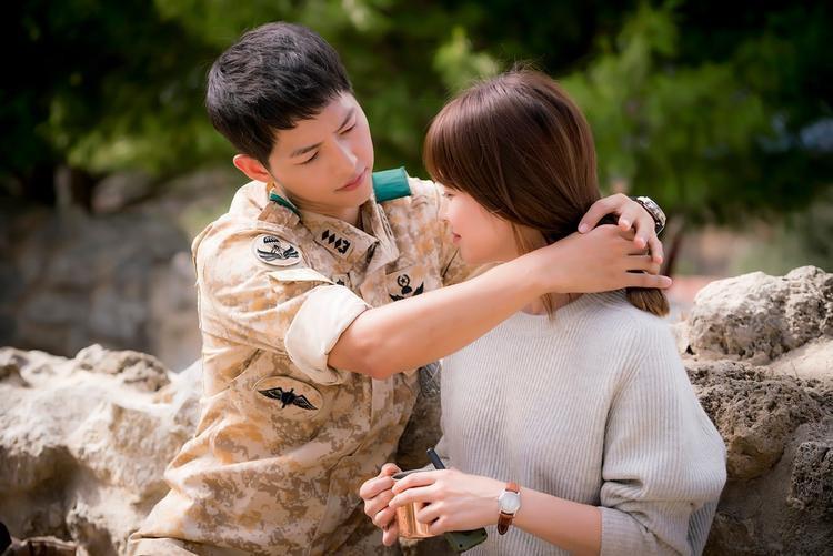 Soái ca quân nhân Yoo Shi Jin của Song Joong Ki trong Hậu duệ mặt trời không những si tình, ngọt ngào mà còn là 1 đại úy dũng cảm, tài ba