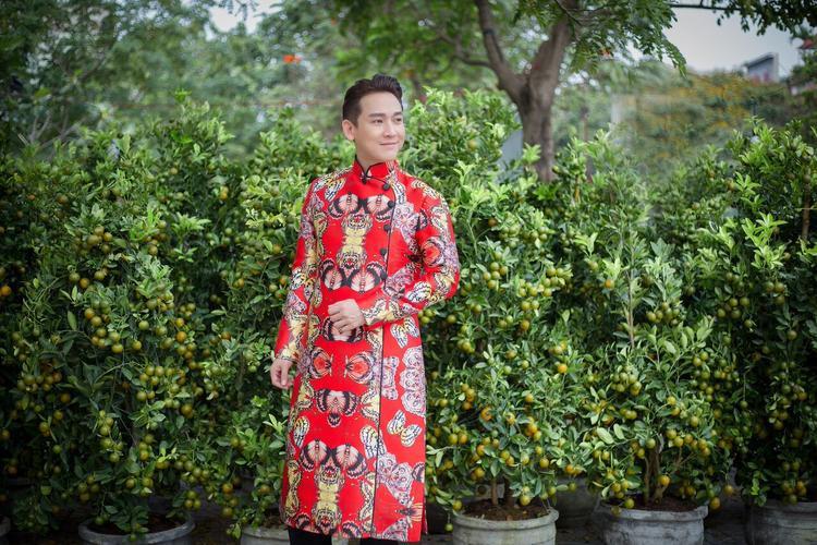 Thoát khỏi hình ảnh soái ca với những bộ vest sang trọng, trong bộ ảnh lần này, Hứa Vĩ Văn trở nên có khí chất, cách tạo dáng đơn giản giúp anh thể hiện đúng tinh thần của bộ trang phục.