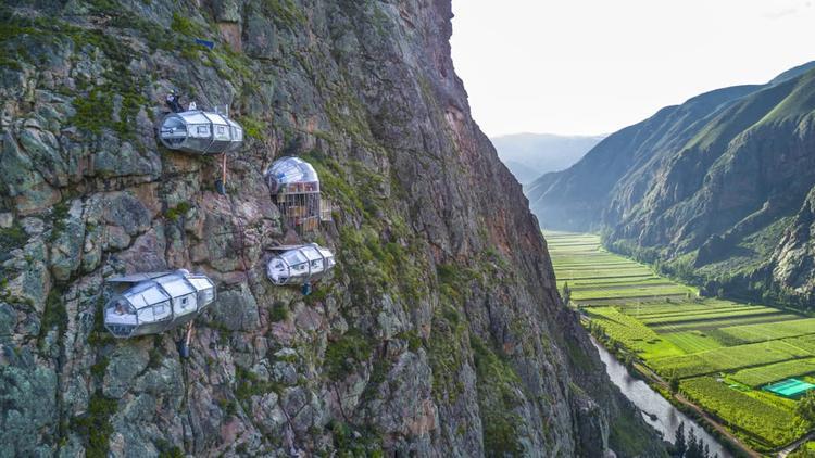 Những căn phòng ngủ thiết kế hình tổ kén nằm vắt vẻo trên vách núi. Ảnh: CNN