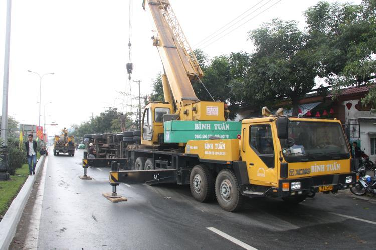 Lực lượng cứu hộ cẩu chiếc xe tải bị lật ra khỏi hiện trường.