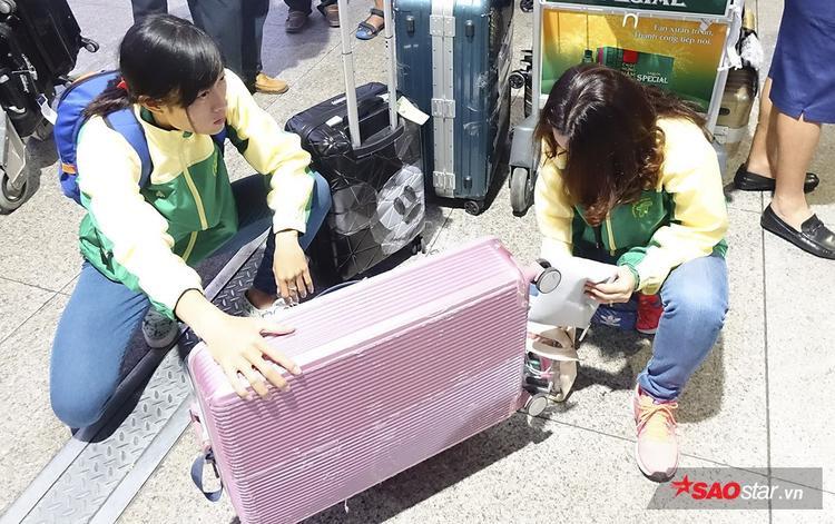 Tú Chinh cùng HLV Thanh Hương chuẩn bị hành lý tại sân bay.