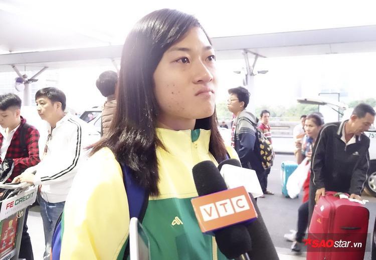 Tú Chinh nghẹn ngào chia sẻ trước giờ lên đường đi tập huấn.