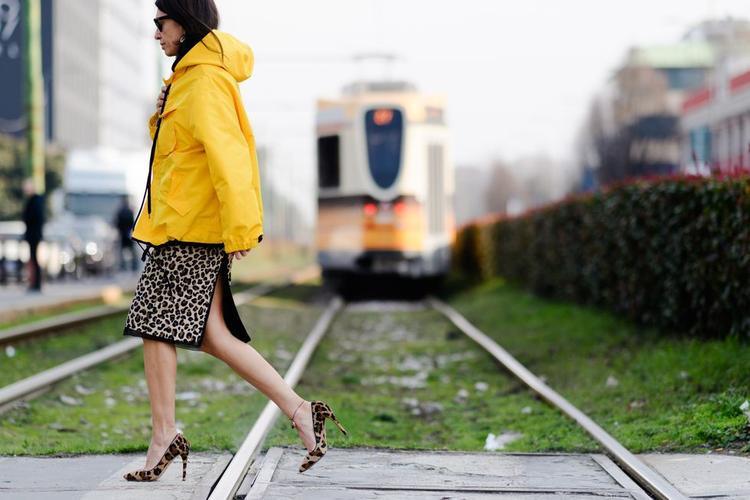 Họa tiết da báo trước nay mang lại sự dè chừng cho người mặc bởi sự già nua nay được kết hợp sáng tạo với áo khoác màu vàng rực tạo sự trẻ trung hết mức.
