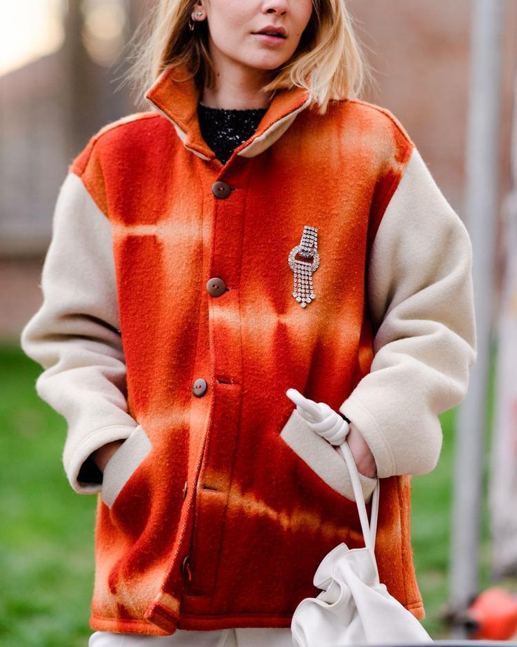 Cam - gam màu trẻ trung và hầu như phù hợp với nhiều độ tuổi. Ngoài ra nếu ở một nơi có thời tiết khá lạnh như Milan, những chiếc áo ấm có tông màu cam sẽ tạo cảm giác ấm áp hơn cho người mặc.