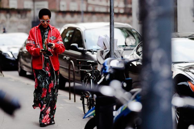 Phá cách và cá tính hơn, tín đồ thời trang này có sự kết hợp táo bạo giữa váy hoa cùng áo khoác da tưởng chừng không hề ăn nhập nhưng lại mang đến một phong cách thời trang khá thú vị và lạ mắt.