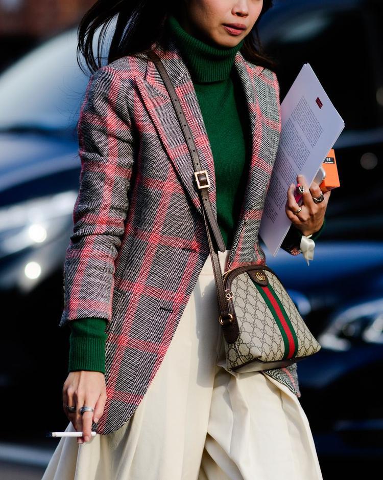 Ngoài ra, trong khuôn khổ tuần lễ thời trang Milan, các tín đồ còn khoe streetstyle với trang phục kẻ sọc.