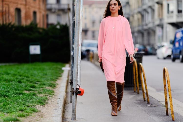 Cô gái này chỉ đơn giản với đầm suông chất liệu voan cùng boots cao cổ cũng đã chất ngất hết phần thiên hạ.