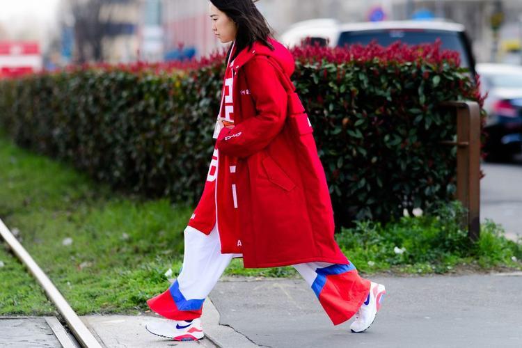 Gam màu đỏ được lòng kha khá các tín đồ thời trang tại Milan. Cả áo, quần và giày, đâu đâu cũng ngập tràn màu đỏ.