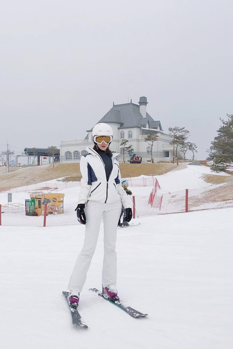 """Đi cùng Kỳ Duyên, Diệp Lâm Anh diện cả set trang phục """"trắng như tuyết"""" tham gia trải nghiệm trượt tuyết tại Hàn Quốc."""