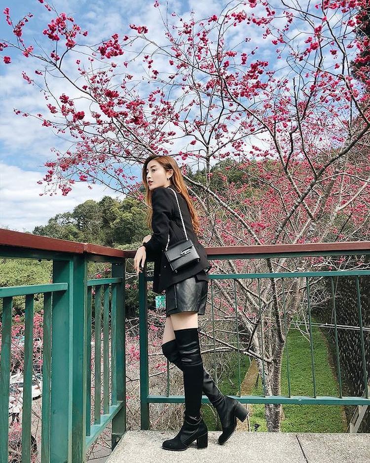 """Cả set trang phục đen được á hậu khéo léo kết hợp tạo nên một phong cách khá ngầu khác với váy áo """"bánh bèo"""" thường thấy."""
