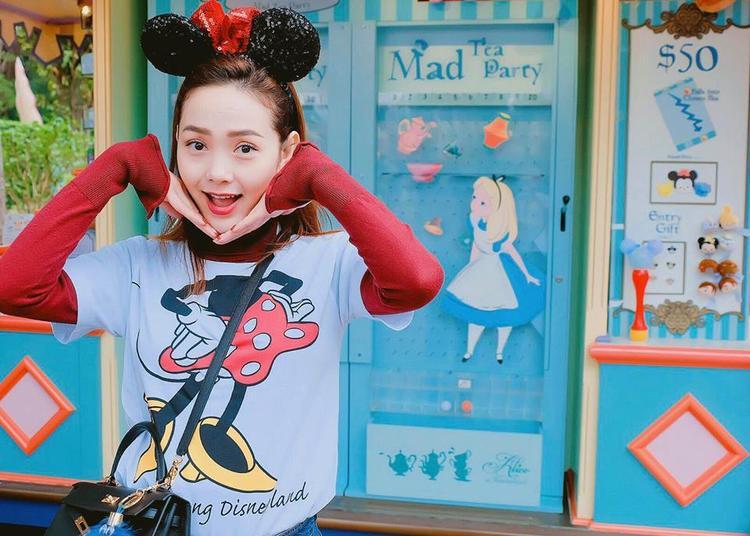 Hong Kong là lựa chọn của ca sĩ Minh Hằng vào những ngày đầu năm mới. Trong chuyến du lịch, để đồng điệu với cảnh quan là địa điểm vui chơi của trẻ em, Minh Hằng diện áo phông mickey cực teen.
